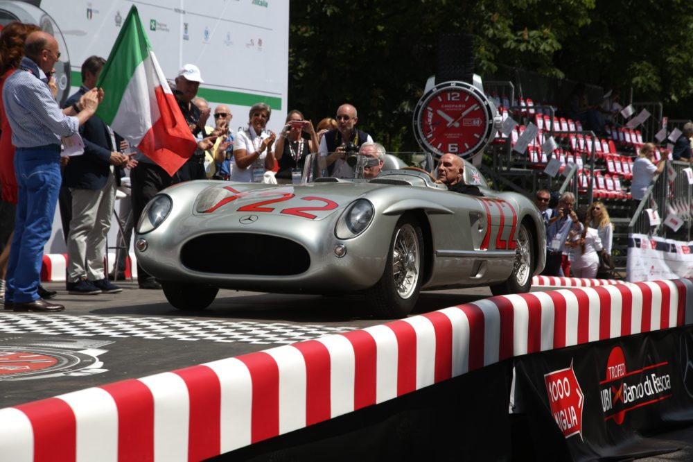 #AlfaRomeo vince #1000Miglia ma il record di #Moss #Mercedes 300 SLR nr 722 è ancora imbattuto, in TV il 27 maggio - Sir Stiling Moss in seinem 300 SLR mit der Startnummer 722 beim Start der Mille Miglia 2015, 14. Mai 2015 in Brescia/Italien.   Sir Stirling Moss in his 300 SLR with start number 722 at the start of the 2015 Mille Miglia, 14 May 2015 in Brescia/Italy.